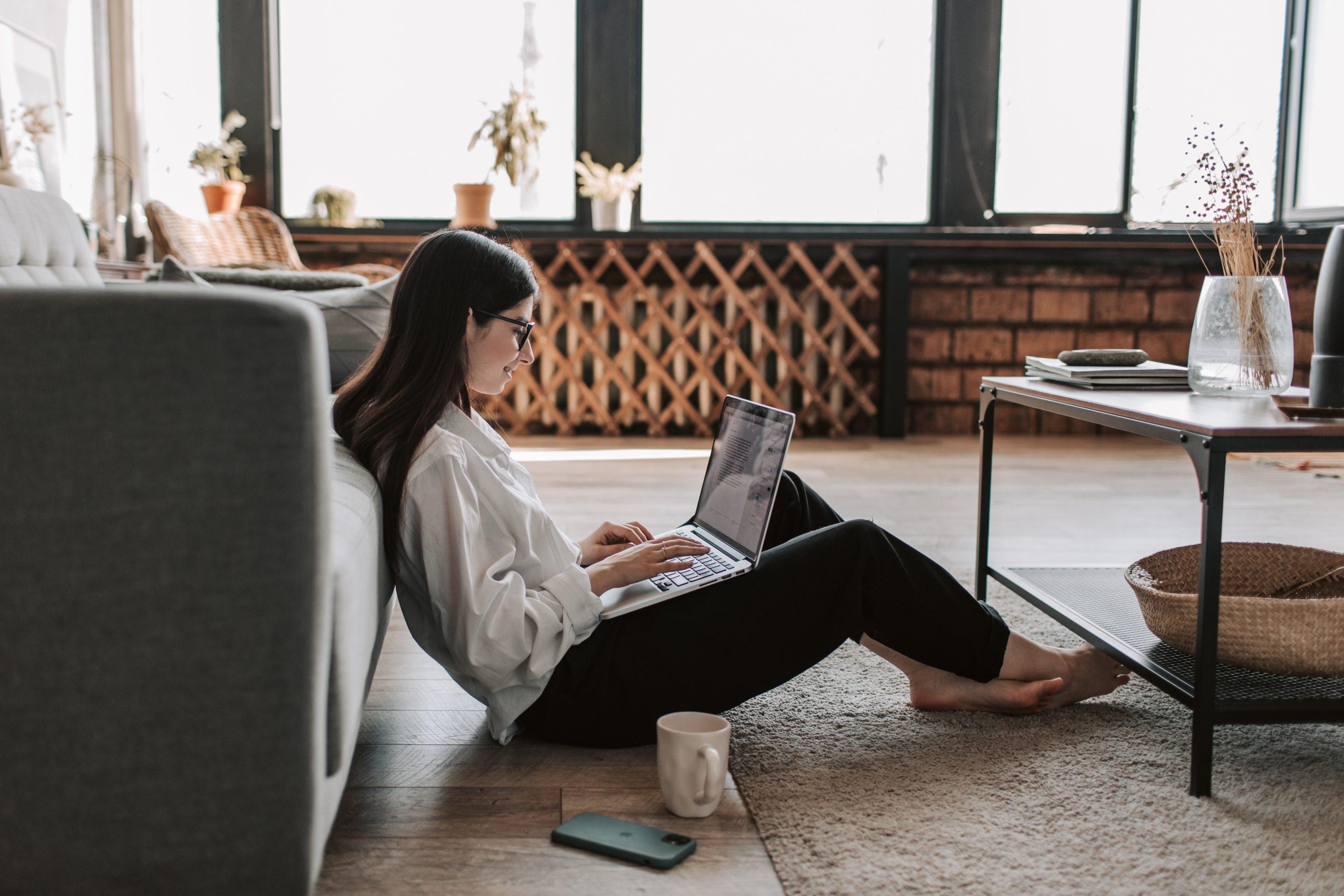 Mulher em home office com notebook