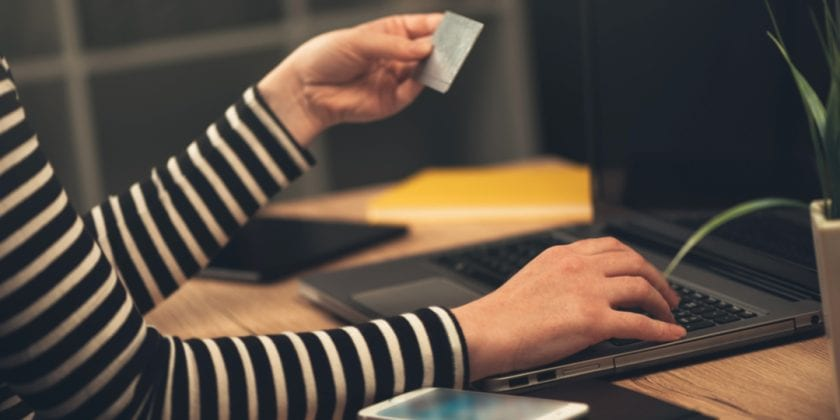Cartão de crédito para compra com o notebook